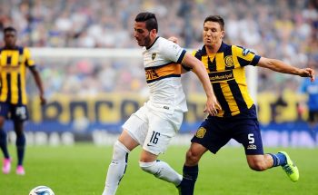 Boca Juniors' Gonzalo Castellani (L) vies for the ball with Rosario Central's Damian Musto during their Argentine First Division football match, at the Bombonera stadium in Buenos Aires, Argentina, on October 12, 2014. AFP PHOTO / Maxi Failla        (Photo credit should read Maxi Failla/AFP/Getty Images)